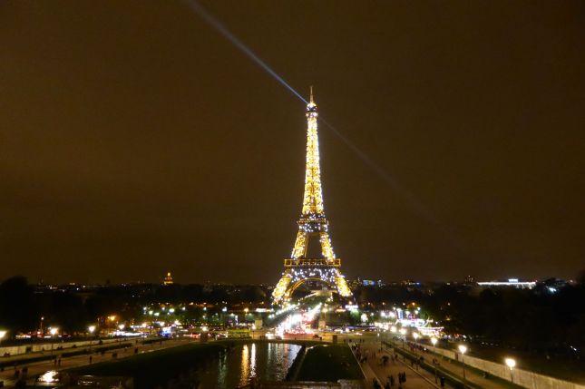 Bild: Silencer. (c) Tour Eiffel – illuminations Pierre Bideau So glitzert und blitzt der Eiffelturm zu jeder vollen Stunde für einige Minuten...