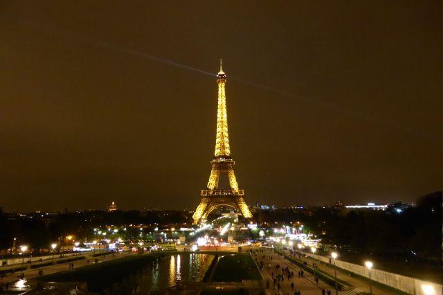 Bild: Silencer. (c) Tour Eiffel – illuminations Pierre Bideau ...um dann wieder ruhig, aber immer noch festlich beleuchtet da zu liegen.