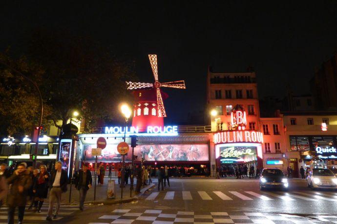 Das Moulin Rouge markiert den Eingang zu Montmartre. Zwei Gehminuten dahinter liegt mein Hotel.