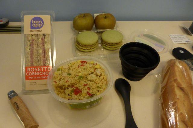 Abendessen aus dem Supermarkt: Taboulé, Sandwiches, Macarons.
