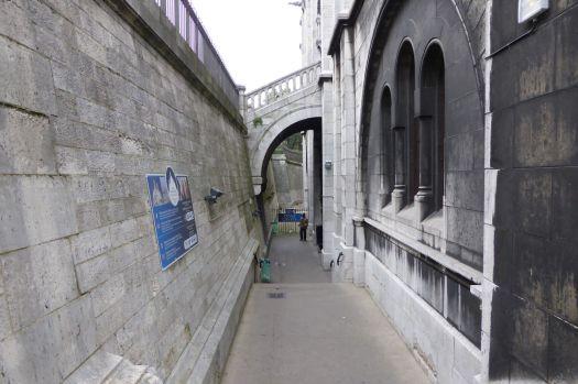 Versteckter Seitengang links neben der Kirche. Hier geht es auf den Turm oder in den Keller von Sacré-Coeur.