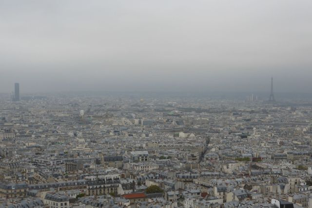 Tour Montparnasse und Eiffelturm stehen sich gegenüber wie zwei Duellanten.