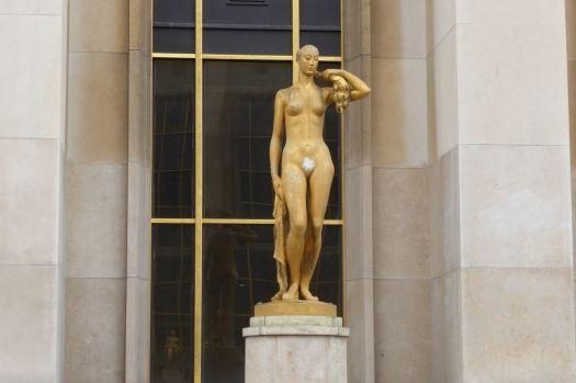 Bei Statuen reibt man immer das Teil, das Glück bringt: Beim Porcolino in Florenz die Nase, bei den  Stadtmusikanten in Bremen den Huf, und bei dieser Dame am Trocadero...