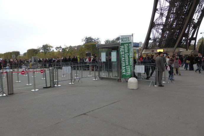 Eingang für Reservierungen: Gekennzeichnet mit einer grünen Flagge. Eintreten darf man erst zur festgelegten Uhrzeit, nicht früher.