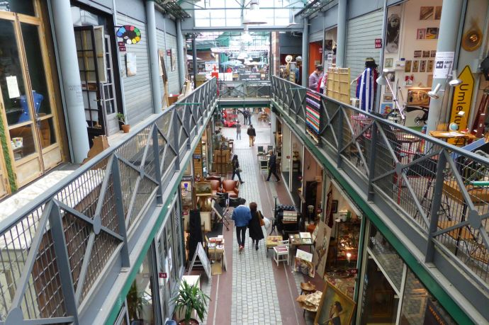 Im Inneren der Hallen liegen die dauerhaften Geschäfte in garagengroßen Zellen.