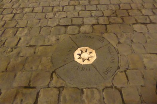 Das hier ist der Mittelpunkt von Frankreich. Dieser Punkt im Boden vor Notre Dame ist der Nullpunkt, alle Entfernungen und Straßenlängen wurden von hier aus gemessen.  Den Punkt kann man heute nur fotografieren, nachdem man die Japanerinnen aus dem Weg geschubst hat, die darauf unablässig Pirouetten drehen und dabei Selfies machen.