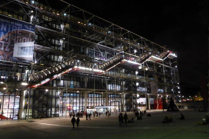 Das Centre Pompidou bei Nacht.
