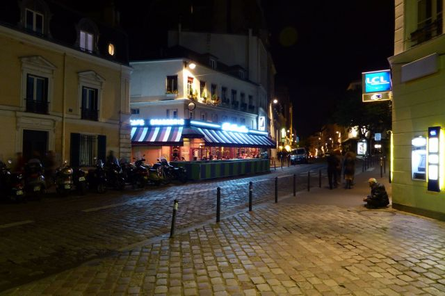 Straßenecke vor der Metrostation Abbesses auf dem Montmartre.