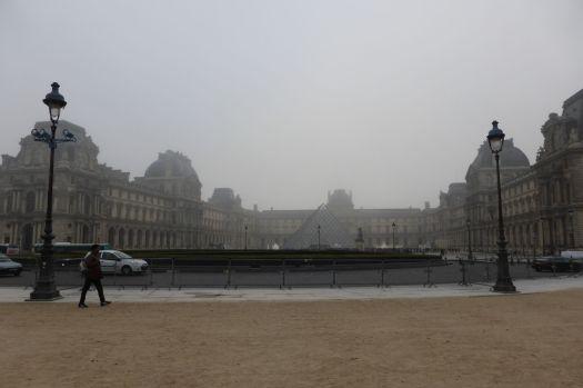 Es ist noch früh, als das Wiesel und ich am Louvre eintreffen. Trotzdem sind die Schlangen schon lang.