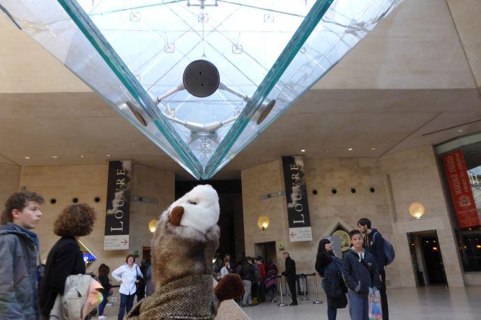 Das Wiesel balanciert die Glaspyramide des Louvre auf seiner Nase.