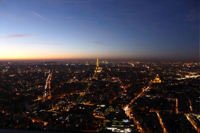 In der Stadt ist schon Nacht, während am Horizont noch ein Rest Tag zu erahnen ist. Bild: Silencer. (c)  Tour Eiffel – Illuminations Pierre Bideau.