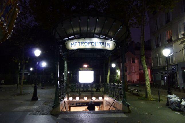 Als ich am Morgen aufgebrochen bin war es noch dunkel. Die Beleuchtung der alten Jugendstil-Metrostationen ist  ebenso dezent wie schön.