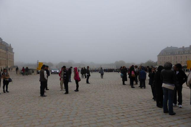 Die nächsten Häuser verschwinden im dichten Nebel.