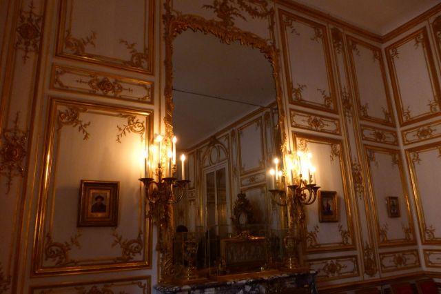 Spiegel, die absoluten Luxusobjekte. Große Spiegel wie dieser sind aus mehreren Platten zusammengesetzt.