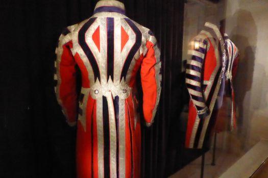Arbeitskleidung von Amrie-Antoinettes Bediensteten. Sieht aus wie eine Mischung aus Feuerwehruniform und Frack.