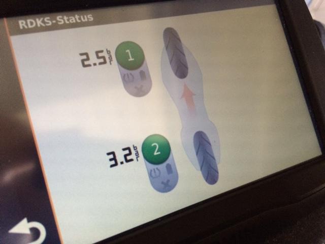 Das Navi zeigt direkt die Informationen von den Reifen an und warnt bei niedrigem Reifendruck oder plötzlichem Druckverlust.