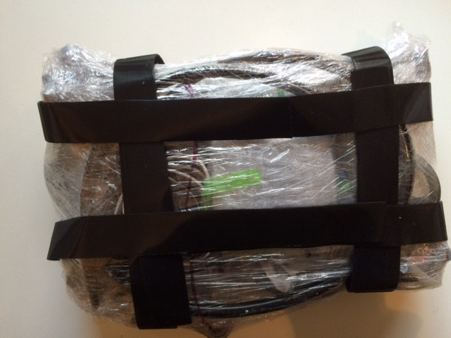 Kompakt: Ersatzteillager. Zusammengepackt mit Folie, um Gewicht zu sparen. Die schwarzen Gurte sind Klettmaterial und haken sich in die Kofferwand ein.