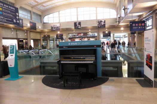 Frei nutzbare Klaviere stehen jetzt wirklich überall rum. Ich bin immer wieder erstaunt, wieviele Menschen noch Klavier spielen können und das in einem Bahnhof auch tun.