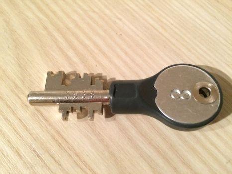 Schließfachschlüssel. Sieht aus, als ob er die Tür zu einem Zauberreich öffnet.