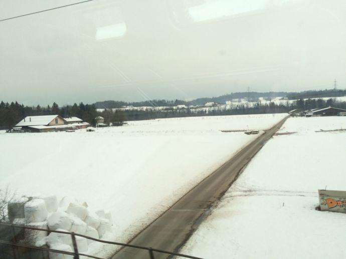 Verschneites Miniaturwunderland: Die Schweiz. Ich komme gar nicht zum Lesen, aus dem Fenster gucken ist viel interessanter.