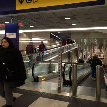 Absichtlich ineffizient: Rolltreppen im Mailaänder Bahnhof. Sie dienen nicht dazu, von einem Stockwerk ins andere zu kommen, sondern Reisende an möglichst vielen Unterwäscheshops vorbei zu fahren.