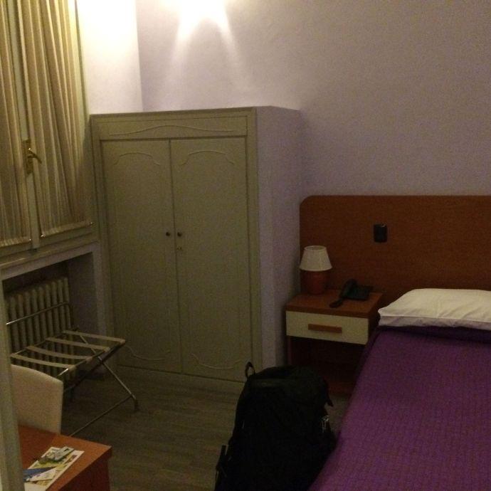 Mein Zimmer für die nächsten Tage. Keine Heizung und ein fragwürdiges Bad, aber ansonsten Super.
