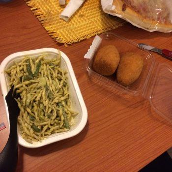 Hmmm... Nudeln mit Pesto Genovese, dazu zwei Arancie. Das sind frittierte Risottobälle.