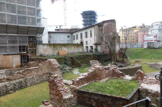 Die letzten römischen Ruinen. In Mailand wird alles neue umarmt und alles alte schnell weggerissen und überbaut, weshalb die Stadt fast nur noch aus klassizistischen Gebäuden besteht.