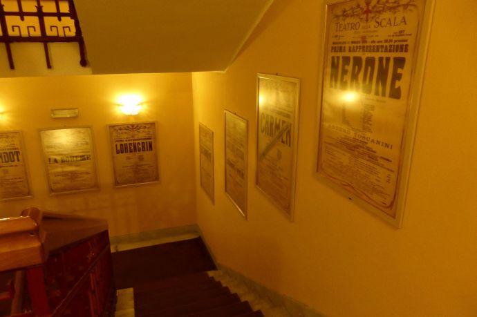 Treppenaufgang mit alten Postern.