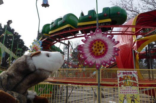 Im Lunapark will das Wiesel Bahn fahren.