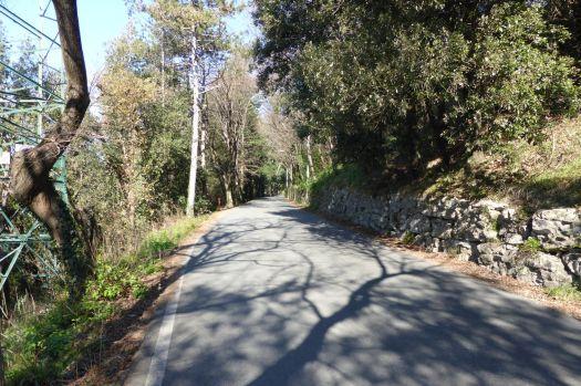 Kleine Straßen auf den Bergrücken über der Stadt.