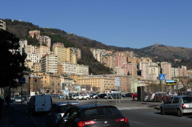 Typisch Genua: An den Berghängen wuchert die Stadt in hässlichem Beton...