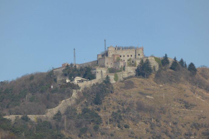 ...während die Bergketten von alten Festungen gekrönt sind, die von oben auf das Labyrinth der Stadt hinab blicken.