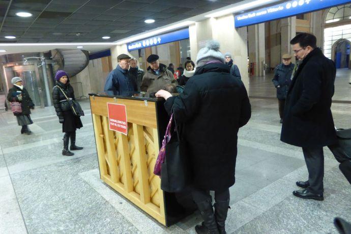 Klaviere stehen überall rum, auch im Turiner Bahnhof.