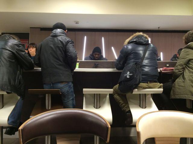 Im McCafé gibt es lange Tische mit Steckdosen.