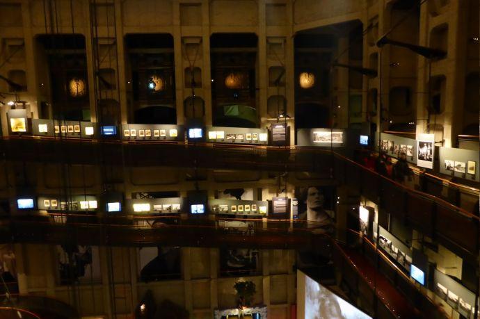 Die Ausstellung zieht sich in Galerien an der Außenwand hoch.
