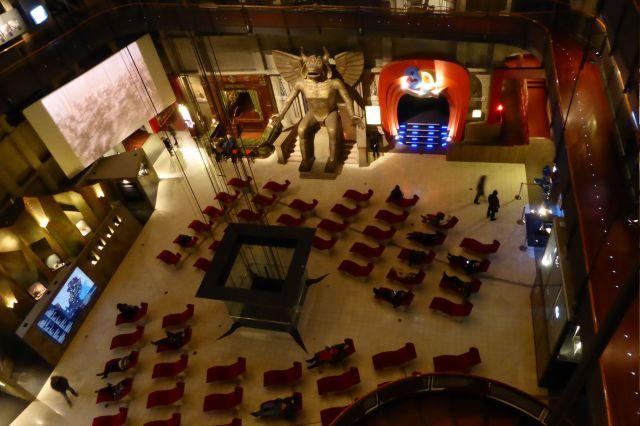 Blick auf die Halle, in der Besucher in Liegen entspannen und dabei Filme schauen können.