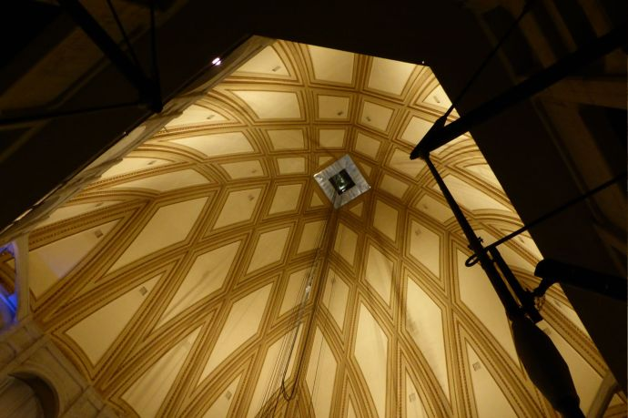 Die Kuppel, in deren Mitte der gläserne Aufzug verschwindet und auf´s Dach hinausfährt.