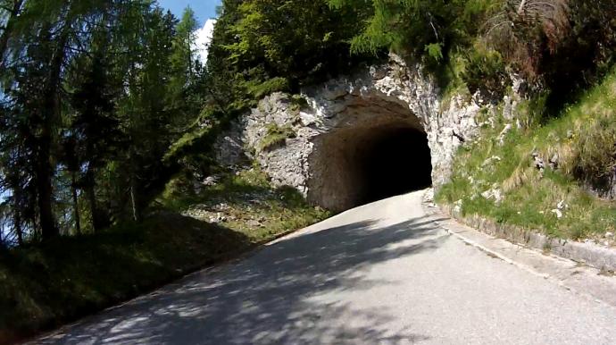 Kein Tunnel, sondern nur ein Loch im Fels.