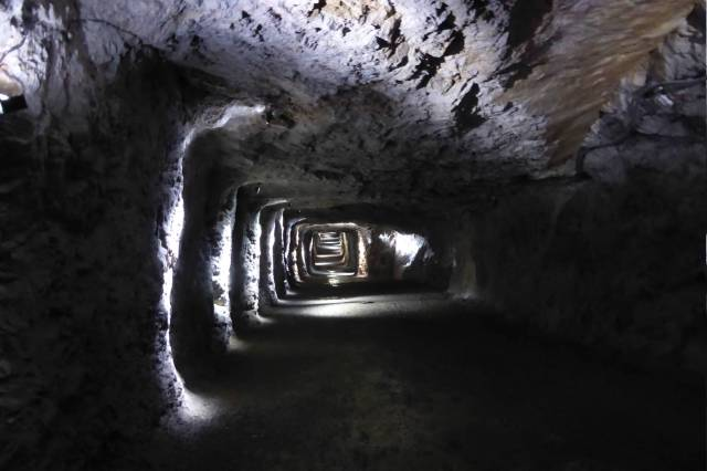 Durch einen Tunnel geht es zum Rundweg den Berg hinauf.