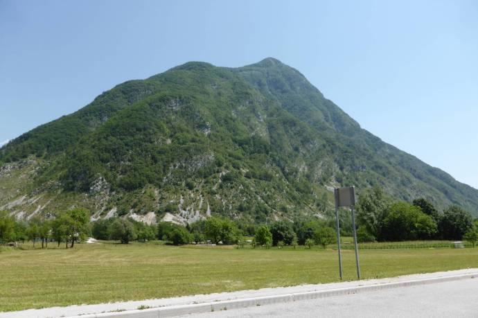 Weite, landwirtschaftlich genutzte Täler mit grünen Bergen drum rum: Das ist Südwest-Slowenien.