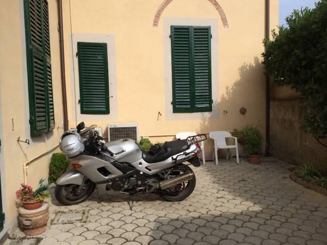 Das Motorrad hat die Nacht im Hinterhof des Hotels verbracht und ist von den Partygängern des Luminara unbehelligt geblieben.