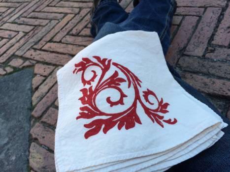 Begutachtung der Shoppingspree-Ausbeute: Stoffservietten mit einem Renaissance-Muster, von Hand mit Mehlfarbe bedruckt.