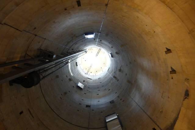 Der schiefe Turm von Innen. Die Betonröhre sollte dem Turm halt geben, das hat aber nicht wirklich geklappt.
