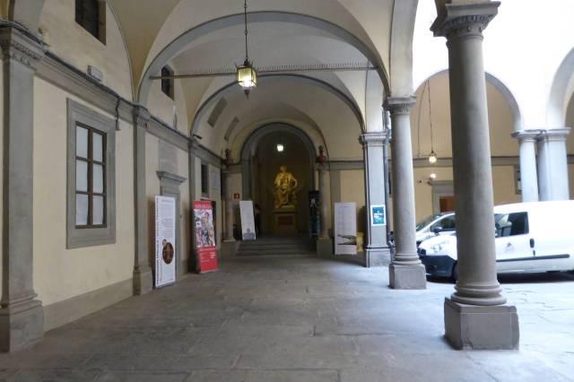 Hinter diesem Innenhof liegt eines der am Wenigsten besuchten Museen in Florenz.