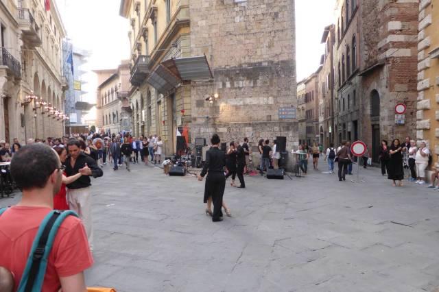 Freitag Abend wird in den Straßen Tango getanzt.