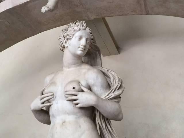 Die gute Nachricht: Im Sommer 2015 trägt Frau wieder Brüste. Und zwar ihre eigenen.