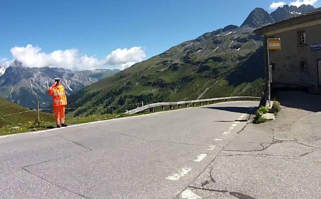 Mir wird salutiert. Sehr freundlich, die Schweizer.
