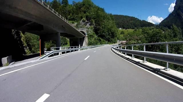 Links oben die Autobahn 13, darunter die mautfreie Straße 13.