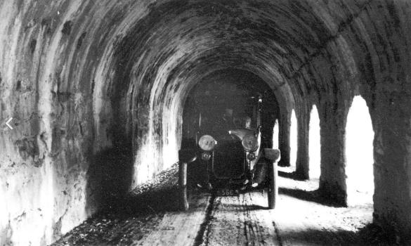 Straßenverkehr in der Galerie um 1910. Foto von einer Schautafel vor Ort.